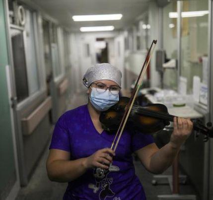 Vídeo: enfermeira faz serenata para pacientes com covid após turno