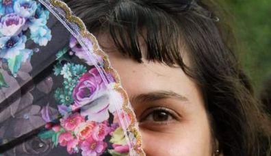 Menina usa magia da floresta para fazer acessórios místicos e eternizar natureza