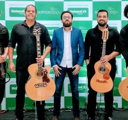 Quinteto faz show para público online e moradores de condomínio em Cuiabá