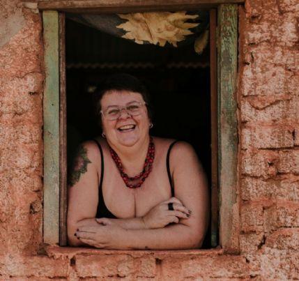Escritora lança livro sobre gordofobia e ativismo com relatos e artes visuais