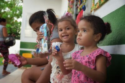 Crianças e adultos em vulnerabilidade recebem ovos de páscoa