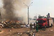 Terreno de secretaria municipal com entulhos de obras pega fogo; veja imagens