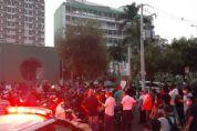 Empresários de bares e restaurantes protestam pela reabertura e provocam aglomeração; VÍDEO