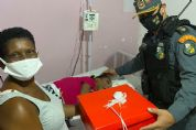 Jovem com paralisia cerebral doa brinquedos para campanha e emociona policiais