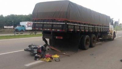 Motociclista fica ferida ao colidir com caminhão parado