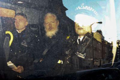 Estados Unidos pedem ao Reino Unido extradição de Assange
