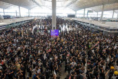 Hong Kong cancela voos em meio a protestos; China fala em