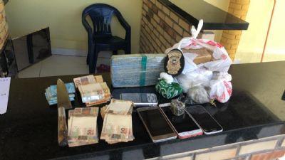 Casal de traficantes é preso com drogas, munições e dinheiro na Capital
