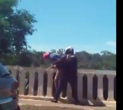 Motoqueiro evita que homem caia no Portão do inferno; vídeo