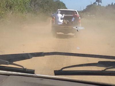 Paciente é transportado na carroceria de caminhonete no interior de MT; vídeo