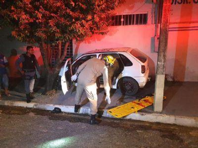 Motorista morre após levar tiro no olho e colidir carro contra muro de residência