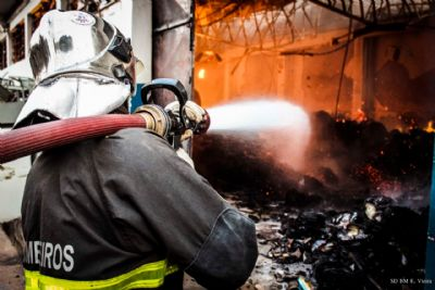 Incêndio no arquivo da Seduc é finalizado após 10 horas de combate