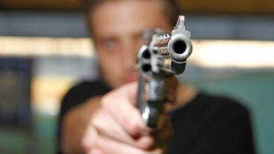 Rapaz é baleado na porta de casa; autor do disparo está foragido