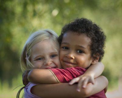 Dia do Abraço: 'O ato ajuda em casos de depressão e estimula a sexualidade'