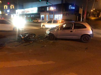 Acidente entre carro e moto deixa feridos na Av. Carmindo de Campos - vídeo