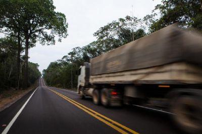 Motorista morre após tombar carreta na BR-364