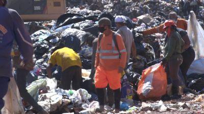 Sem conseguir comprovar endereço, catadores de lixo estão sem receber auxílio