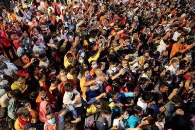 Celebração hindu promove aglomeração no Ganges em meio a alta nas infecções por Covid na Índia