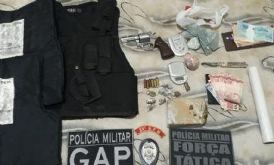 Em patrulhamento, Força Tática encontra coletes, arma e droga