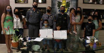 Policiais recebem elogio por salvar uma família durante temporal