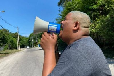Fãs de BBB vão até os Estúdios Globo com carro de som e megafone