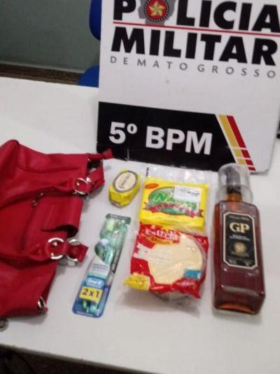 Mulher é pega em flagrante com produtos furtados de supermercado