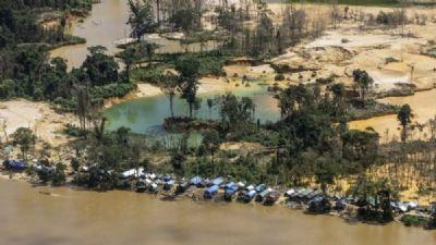 Servidores do Ministério da Saúde vacinam garimpeiros contra Covid em troca de ouro, afirma líder Yanomami