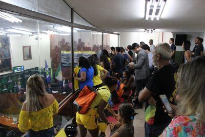 Vereadores trocam acusações durante sessão e populares protestam em galerias
