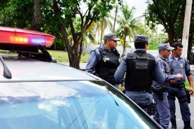 Homem que agrediu esposa e ameaçou outra vítima com facão e machado é preso
