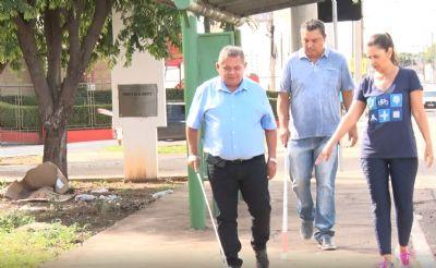 Obstáculos em calçadas dificultam aulas de mobilidade para cegos em Cuiabá