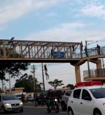 Jovem pula de passarela em tentativa de suicídio; veja vídeo