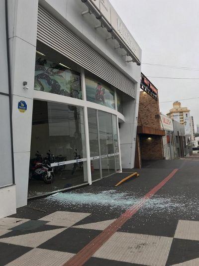 Assaltantes invadem estabelecimento comercial em Cuiabá
