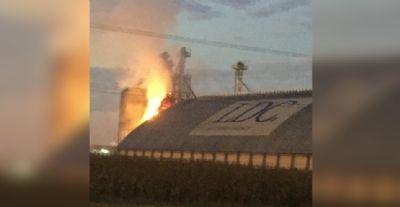 Bombeiros trabalham para combater incêndio em secadora de grãos em Sorriso