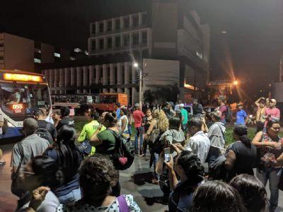 Passageiros revoltados 'trancam' avenida por causa da falta de ônibus; veja imagens