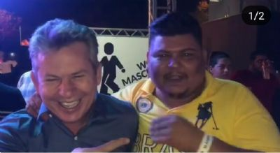 Durante show de Jorge e Matheus, governador tenta fazer dança do Gato Louco e cai na risada