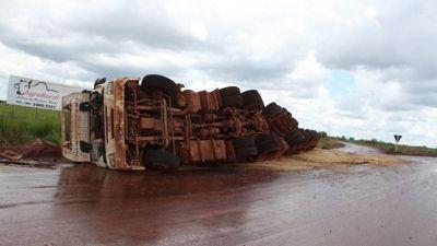 Caminhão carregado de soja tomba em rotatória no interior de Água Boa