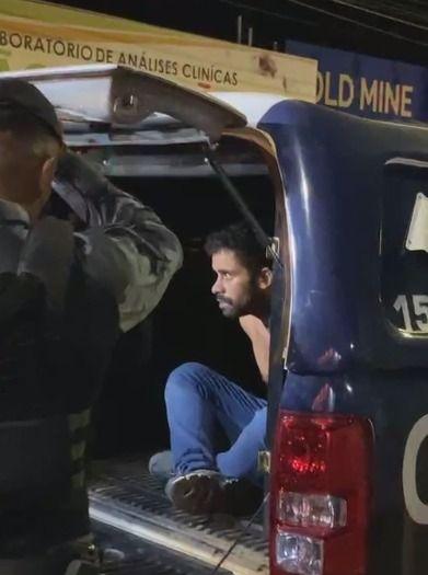 Vídeo | Após mais de 2 horas de negociação, suspeito se entrega e libera reféns