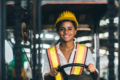 Senai oferece curso gratuito de Operadora de Pá Carregadeira para Mulheres