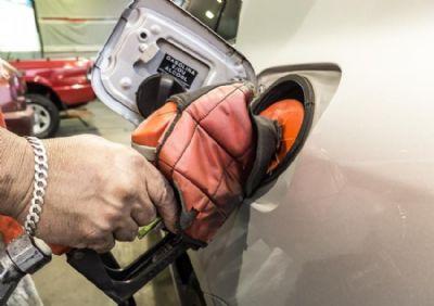 Bolsonaro quer cobrar ICMS de combustível na refinaria em vez de na bomba