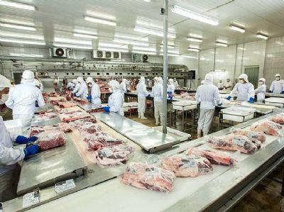 China suspende exportação de 4 frigoríficos brasileiros