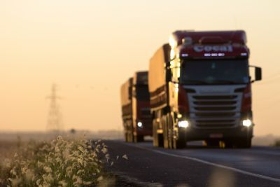 Carretas batem em rodovia federal durante ultrapassagem