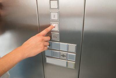 Mulher que teve dedo amputado em elevador será indenizada por condomínio