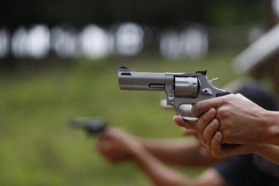 Filho de Bolsonaro quer liberar fábricas de armas