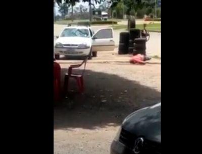 VÍDEO - Dono de bar é preso por atropelar cliente após briga por carne