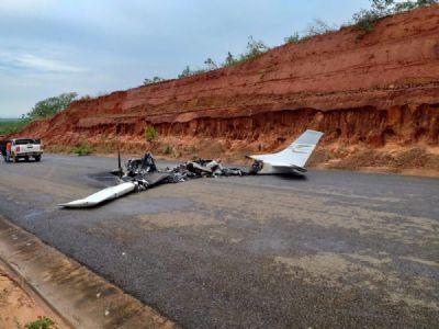 Avião cai e pega fogo em rodovia de MT e piloto desaparece