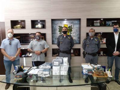 Grupo Leiagora e Playagora doa 40 mil sachês de álcool em gel e máscaras à PMMT