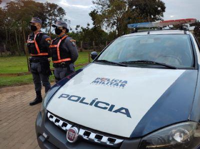 Policiais prendem 2 suspeitos com espingarda e pistola ilegais