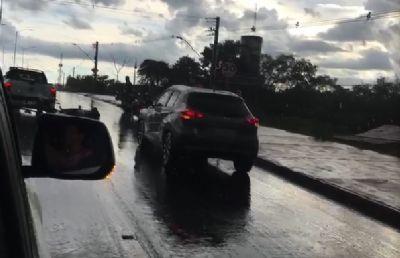 Carro colide com moto na saída para Chapada; veja vídeo