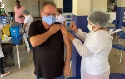 Aos 64 anos, Blairo é vacinado contra a covid