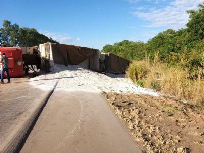 Motorista de caminhão morre ao dormir no volante e choca com outra carreta na BR 163